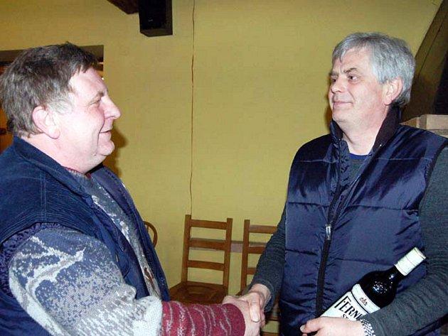 František Hrabák (vlevo) odměňoval vítěze sobotní střelecké soutěže v Mýtě. Litrovou láhev alkoholu  získal vítěz Karel Šmíd z Berouna a o ceny se starala spol. Koloc.