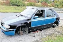 Zdevastovaná Škoda Felicia stála kvůli poruše u sjezdu z dálnice.