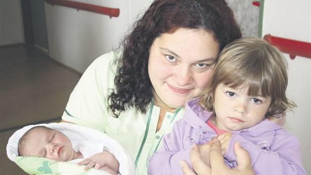 Lukáš JEDLIČKA z Těškova se narodil 13. června brzy ráno, ve 4 hodiny a 51 minut. Manželé Radka a Lukáš věděli dopředu, že jejich druhé dítě bude chlapeček. Na malého brášku čeká doma prvorozená dcera Radka (3 roky). Lukášek přišel na svět s mírami 3950 g