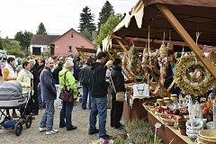 POVEDENÝ START mely v sobotu ráno podzimní trhy v Mirošově. Hned oz začátku byl totiž znát zájem návštěvníků a u některých stánků se dokonce tvořily fronty.