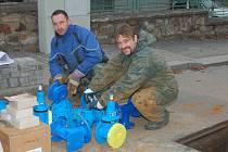 MONTÉŘI společnosti Veolia Milan Řehoř a Richard Mošna (zleva) se včera věnovali vodovodnímu řadu na Plzeňském předměstí. Dnes ráno se má situace zklidnit.