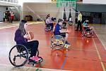 TÁPÁNÍ A NEJISTOTA. Cenný prožitek získali žáci Gymnázia a SOŠ Rokycany. Museli se vypořádávat s pocitem omezení tělesným handicapem a ještě sportovat.
