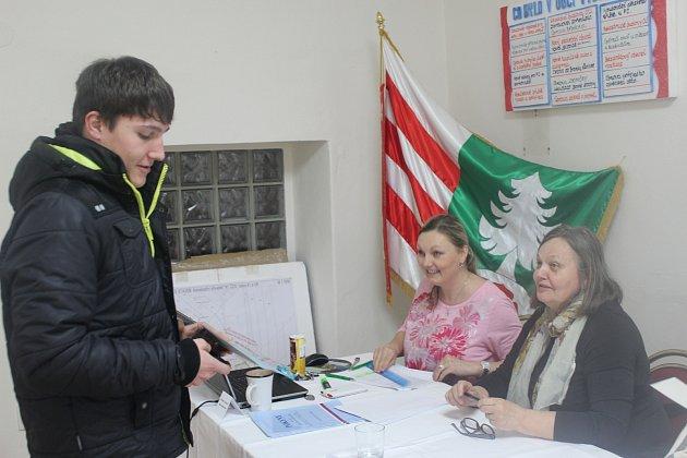 PŘEDSEDKYNĚ volební komise Iva Vinařová (vpravo), zapisovatelka Markéta Tůmová vedle ní i tři další kolegové ´odbavili´ při sobotních volbách v Těškově přes osmdesát procent lidí. Z 261 zapsaných jich do sídla úřadu dorazilo 210.