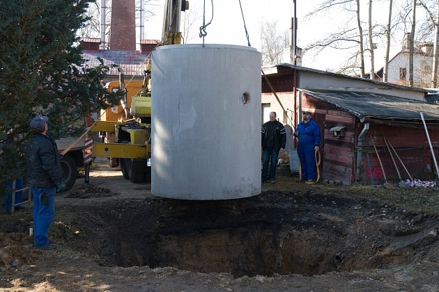 INSTALACE betonové nádrže čističky v Janově.