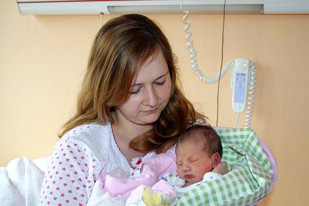 EMMA KAPUSTOVÁ z Holoubkova se narodila 11. června ráno, v 5 hodin a 32 minut. Manželé Michaela a Roman věděli dopředu, že i jejich druhé dítě bude holčička. Doma se na sestřičku těší prvorozená Michaela (6 let). Měřila 48 cm, vážila 3100 g.