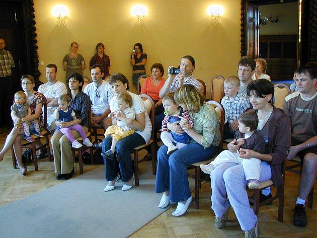 Společné foto. První etapa vítání občánků se uskutečnila v mirošovském zámku ve třináct hodin.