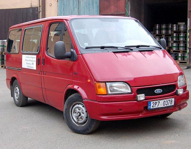 Osmimístný Ford Tranzit červené barvy budou moci Zbirožští od pondělka potkávat na noční lince. Spoj si pasažéři přivolají mobilním telefonem.