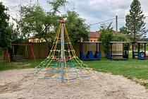 Nová lanová pyramida na dětském hřišti.