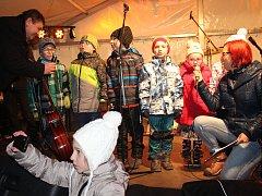 Starosta Rokycan Václav Kočí a moderátorka sobotního pořadu Veronika Nágrová si pozvali k rozsvícení vánočního stromu v Rokycanech šest malých pomocníků.