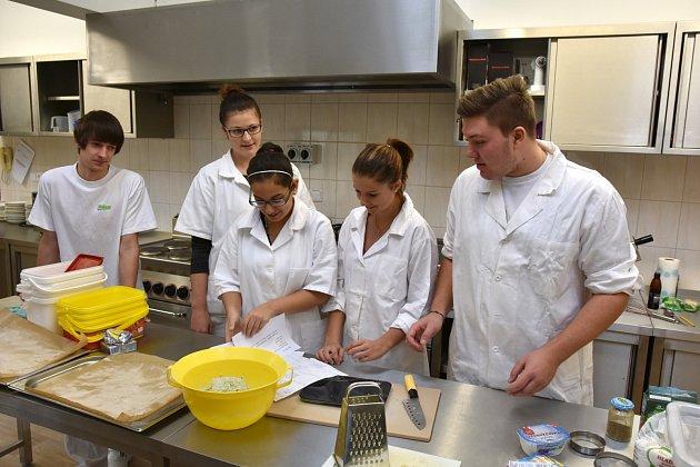 HOTOVO! Radek Pernica, Barbora Šlechtová, Barbora Valterová, Nikola Kotyzová a Richard Stieber (zleva) kontrolují v kuchyni seznam věcí, které musí vzít s sebou na cestu do Francie.