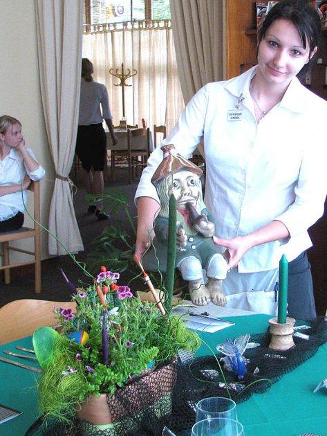 Třináct žáků SOU Rokycany skládalo v pátek praktické zkoušky v salónku sokolovny. Byla mezi nimi i Erika Bartovská, která se prezentovala rybářskou tabulí.