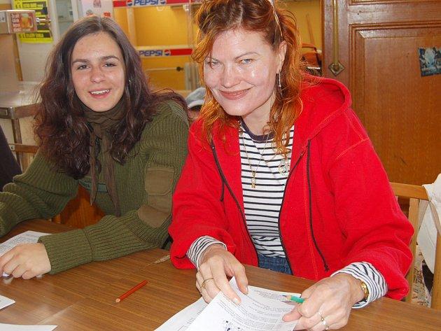 Zapisovatelky Iva Jeřábková a Marcela Mrázková (zleva) registrovaly v Radnicích pěší pochodníky.