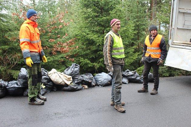 Rozpačité pohledy zaměstnanců úřadu v Kamenném Újezdu provázely včerejší úklidovou akci mezi Veselou a Rokycany. V příkopu u silnice, a to na území obce, našel turista přes třicet pytlů s mrtvými krůtami.