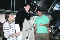 Kristýna S. a Michal V. v rokycanské hvězdárně pozorovali nebeská tělesa. Instruoval je při tom ředitel instituce Karel Halíř.
