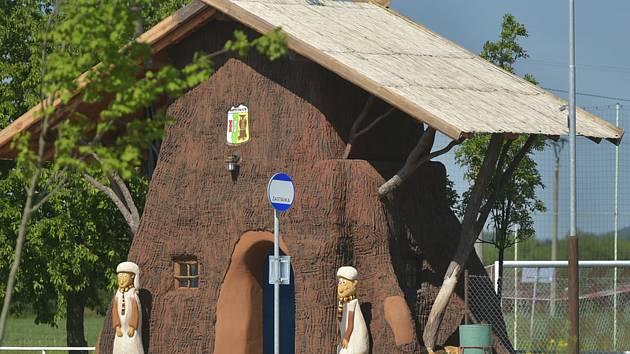 V Němčovicích na Rokycansku  v neděli slavnostně otevřeli novou autobusovou zastávku, která má podobu pařezové chaloupky z večerníčku Pohádky z mechu a kapradí.