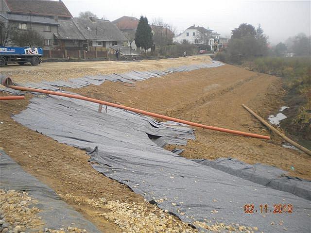 V současnosti je u nově budované komunikace, vedoucí po rozšířené hrázi Holoubkovského rybníka, položena první konstrukční vrstva, další by měla přibýt během tohoto týdne.