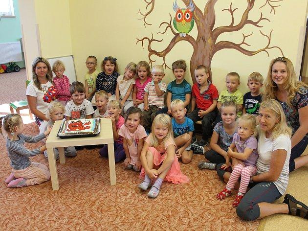 MATEŘSKÁ ŠKOLA RÁČEK v Rakové zahajovala včera ráno nový školní rok slavnostně.