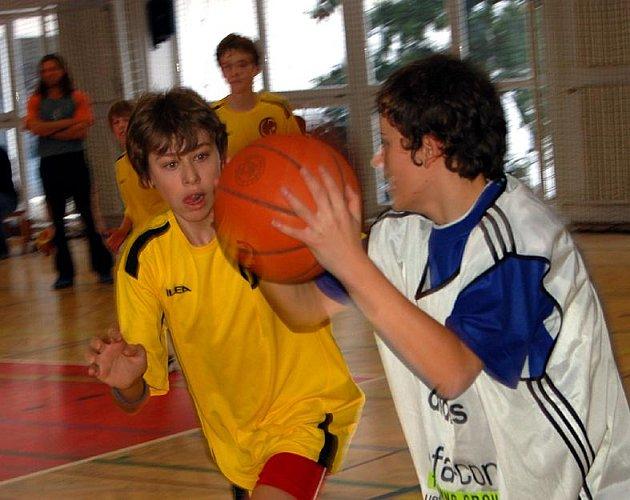 V hale rokycanského gymnázia vrcholilo včera, 6. prosince, okresní finále základních škol v basketbalu. Domácí kluci (ve žlutém) bojovali se ZŠ Čechova ulice o stříbro a duel skončil nerozhodně 12:12.