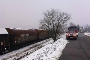 PŘI OBSLUZE vlečky vykolejily včera tři vozy společnosti ČD Cargo u Mirošova. Provoz byl obnovený po čtrnácté hodině.
