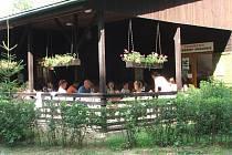 Součástí Autocampu U Jezera je také restaurace Diana, která po celou sezonu láká k příjemnému posezení na terase nejen hosty areálu, ale i obyvatele z okolí.