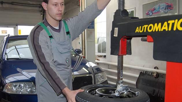 První desítky zimních pneumatik prošly rukama Jana Kosnara z rokycanského servisu.