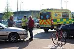 Policisté řešili nehodu u Kauflandu v Rokycanech. Řidič peugeotu tu srazil seniorku na kole. Záchranáři ji ošetřili v sanitce a následně odvezli na ambulanci do nemocnice.