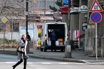 Dodávka odváží zboží z budovy, kde akce na přelomu února a března lákala hosty na zabijačkové hody.