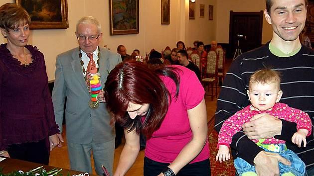 Sedm nedávno narozených dětí přivítal ve středečním podvečeru starosta Rokycan Jan Baloun s matrikářkou Naďou Šilhavou. Mezi těmi, kteří přijali pozvání do obřadní síně, byli manželé Minaříkovi s malou Karolínkou.