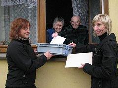 JAN HOŠEK (91 let) s manželkou Marií (87 let) odvolili doma. Alena Dongresová a Marta Skálová za nimi zašly s urnou.