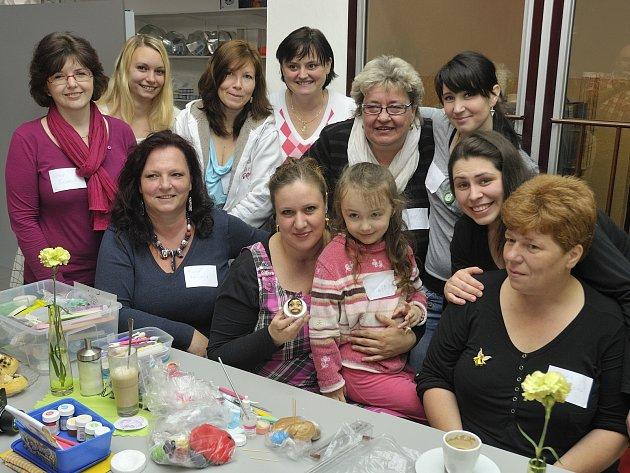 ŠIKOVNOST demonstrovala za všechny Lucie Milbachová (s holčičkou uprostřed), když během několika málo minut vytvořila z beztvaré hroudy marcipánu portrét jednoho z redaktorů.