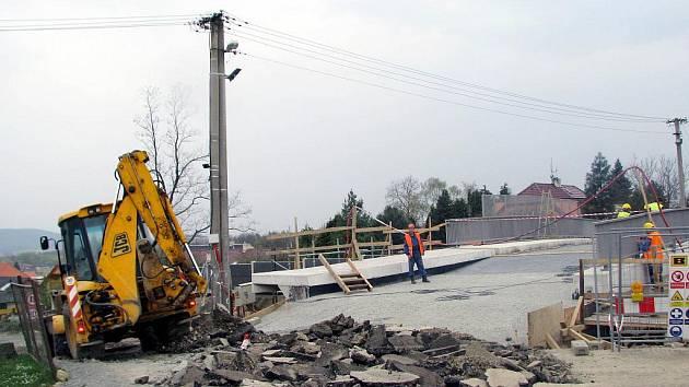 Během třídenní dopravní uzavírky v části Borku došlo k propojení komunikace s nově vytvořeným nadjezdem  nad tratí. Most se ale vyklenul výše a bezprostřední sousedé mají problémy.
