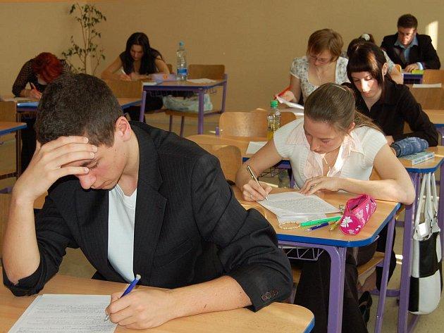Podobný obrázek, jaký poskytovali tito studenti ze  4. B  Gymnázia Rokycany, byl ve čtvrtek k vidění také v pěti dalších maturitních třídách.