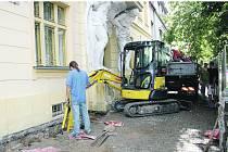 Plzeňská firma Impoza začala odhalovat základy historické budovy Okresního soudu v Rokycanech, aby mohla zdivo izolovat.