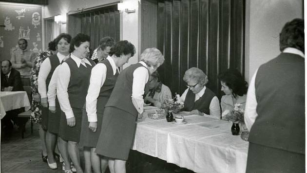 V roce 1976 byla paní Věra (první v pořadí) u Československého Červeného kříže. V té době chodily členky volit ve stejnokrojích.