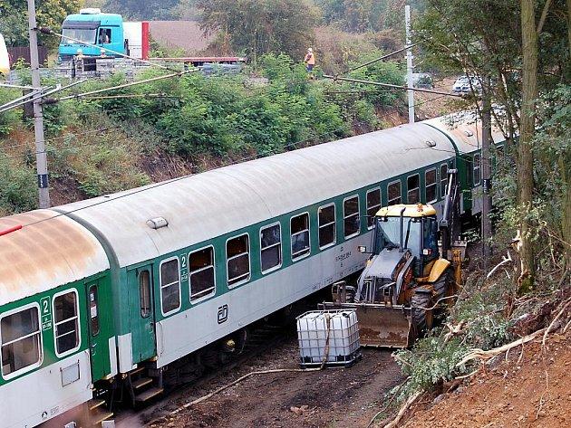 Rychlík jedoucí z Chebu do Prahy se v úterý 15. září za Rokycany střetl s bagrem, nehoda se obešla bez zranění.