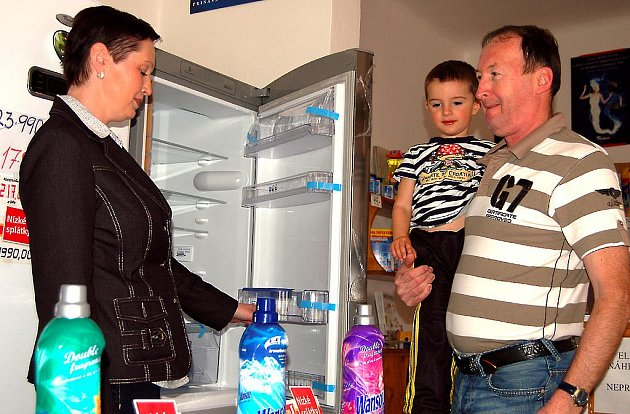 Obchod v Třebízského ulici. Proti devítiletce TGM je obchod Jaroslava Urbana. Občas mu při prodeji pomáhá i šikovný vnouček Kryštof.
