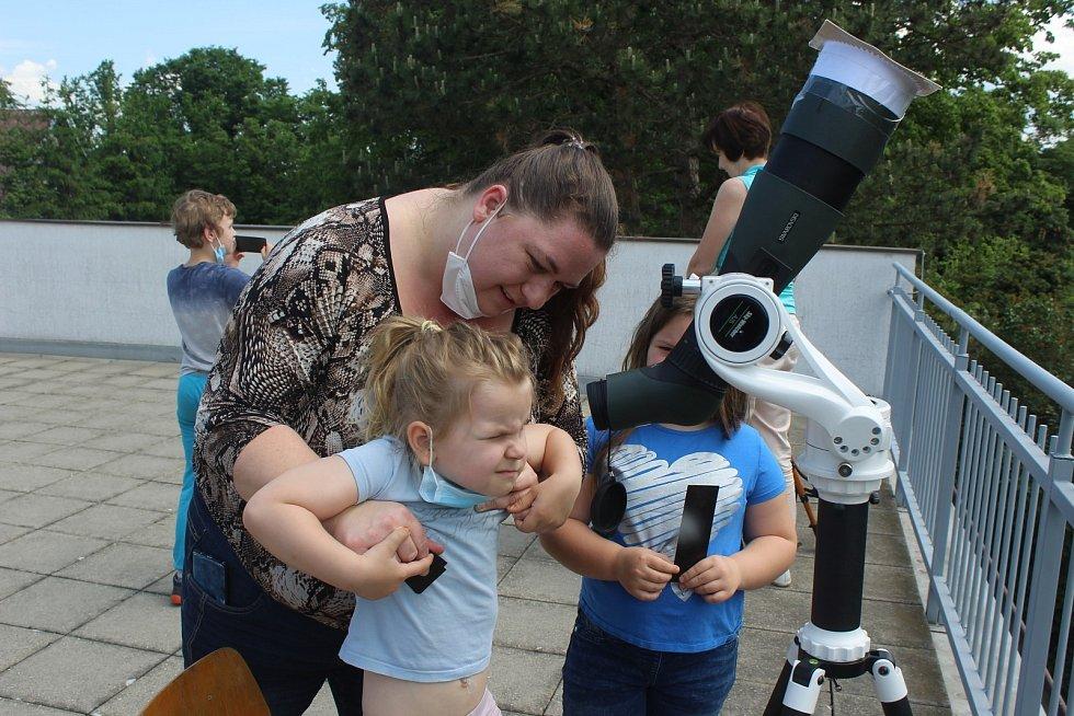 Pozorování zatmění slunce ve hvězdárně v Rokycanech.
