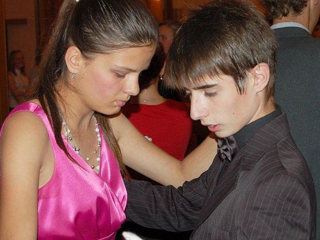 Pátkem a sobotou vrcholí v rokycanské sokolovně letní taneční kurzy pro mládež.