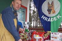 Atanas Najdenov instaloval v Hrádku ceny pro nejlepší účastníky Jarního závodu.