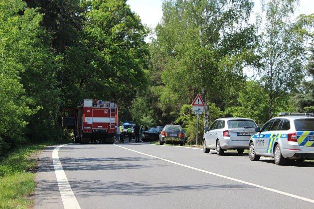 Tragická nehoda se stala na silnici ze Šťáhlav do Rokycan.  Za Lhůtou vjel mladý policista vnissanu  do protisměru, kde se srazil se žlutou fabií, ve které jela 32letá žena od Šťáhlav.