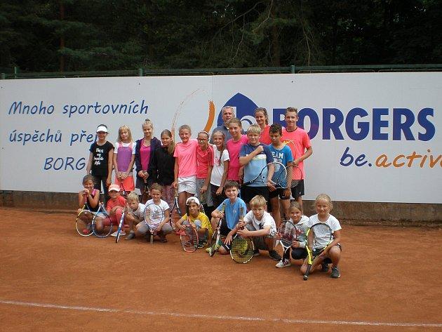 Tenisové naděje trénovaly celý týden na kurtech v rokycanských Alejích. Věnoval se jim Michal Košek se dvěma kolegy. Kemp se uskuteční ještě na konci července i v srpnu.