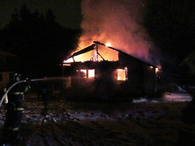 V Bušovicích lehla chata popelem.