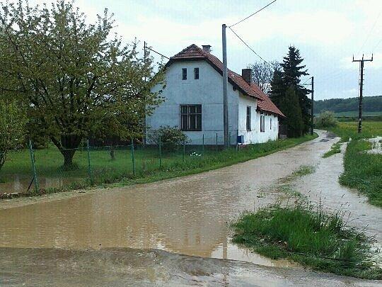 Jedna ze zatopených ulic v Příkosicích.