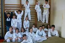 Mladí karatisté si dali sraz v Hrádku. Soutěžili v disciplinách kata a kumité. Na snímku je pořádající oddíl, působící při Pionýru Hrádek.