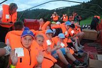 Hasiči evakuovali děti ze Spáleného mlýna.