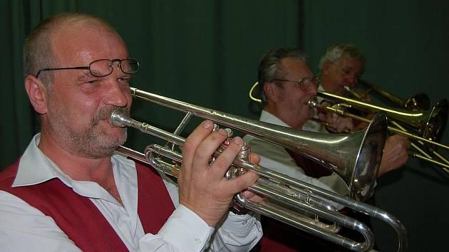 V cheznovickem Lidovém domě vystupovala 9. října kapela Cheznovanka.