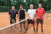 DVA NEJLEPŠÍ PÁRY tenisového turnaje na dvorcích TJ Sokol Rokycany. Vpravo vítězové Košek a Smetana, vlevo celkově druzí Pliml a Hrubý. Finálový duel vyzněl 6:3 a 6:2.