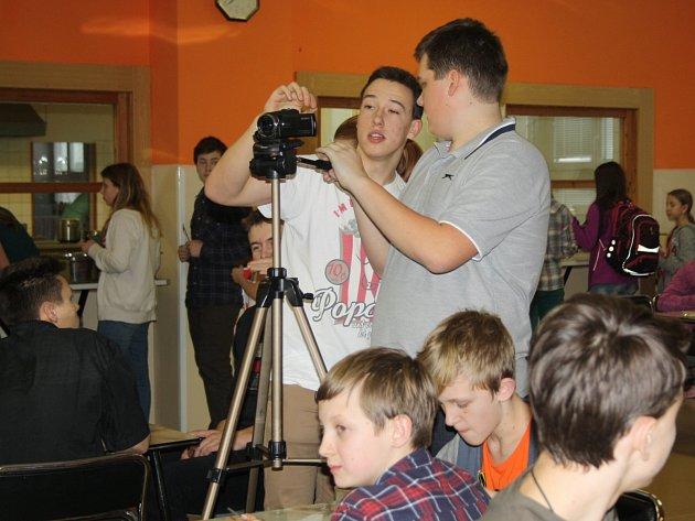 Filmaři se chopili techniky a natáčeli ve školní jídelně