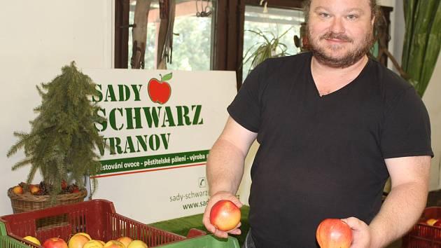 Richard Schwarz nabízí přímo v areálu sadů dvanáct druhů jablek.