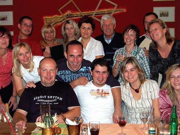 Bývalí spolužáci z 8.A ZDŠ na Jižním předměstí si dali dostaveníčko v sobotu večer na Střelnici. Končili v roce 1988 a přivítali mezi sebou oblíbeného pedagoga Bohuslava Tichého (v horní řadě uprostřed).